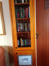 南極旅行の船の中にある図書室の本棚